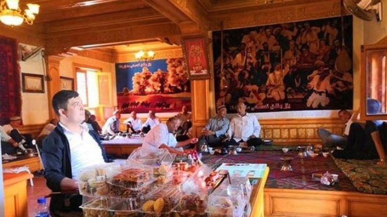 """Kaşgar'da """"Yüz Yıllık Çayevi"""": 3 kuşaktır yönetilen çayevinin ilginç hikayesi"""